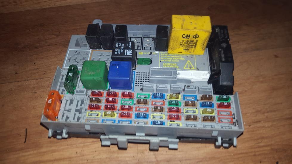 24412497 fuse box opel zafira 1999 2 0l 14eur eis00077683