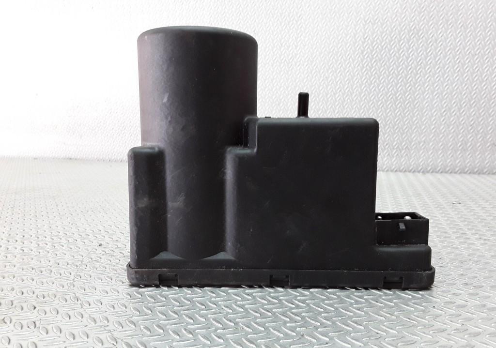 Вакуумное устройство системы Audi A4 1998    1.8 4A0862257A