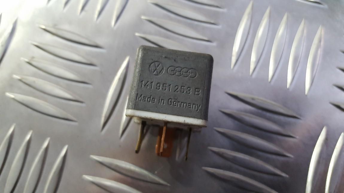 Relay module Volkswagen Passat 1990    0.0 141951253B