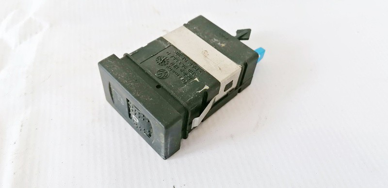Sedyniu sildymo mygtukas Volkswagen Passat 2001    2.5 3B0963564D