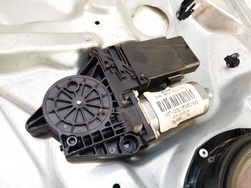 Duru lango pakelejo varikliukas P.K. Volkswagen Passat 1998    1.8 3b4837751bs