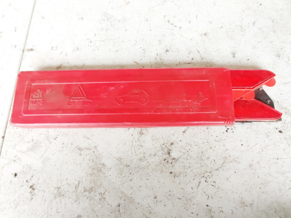 Warning Triangle Integrated into Trunk Volkswagen Golf 2000    0.0 used